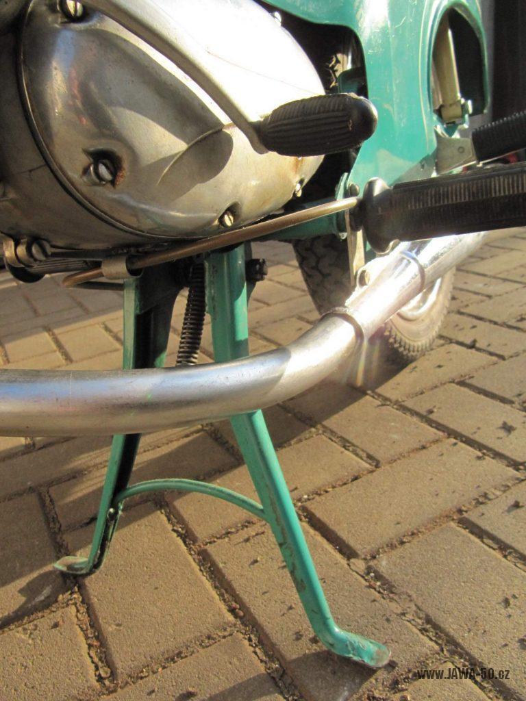 Dokonale zachovalý motocykl Jawa 21 Sport (Pionýr) v tyrkysové barvě z roku 1969 - kříž stupaček, stojan a výfukové koleno