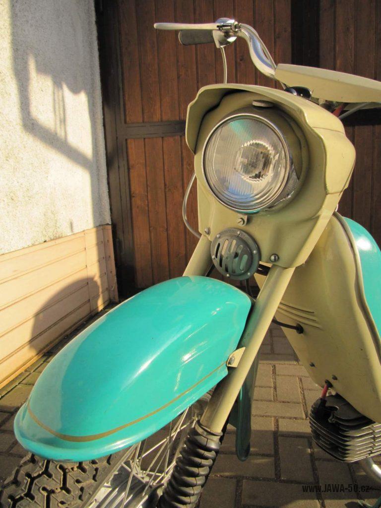 Dokonale zachovalý motocykl Jawa 21 Sport (Pionýr) v tyrkysové barvě z roku 1969 - přední světlomet a bzučák (klakson)