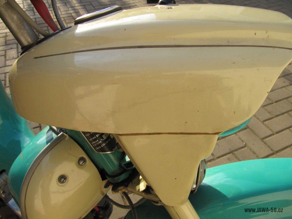 Dokonale zachovalý motocykl Jawa 21 Sport (Pionýr) v tyrkysové barvě z roku 1969 - maska předního světlometu