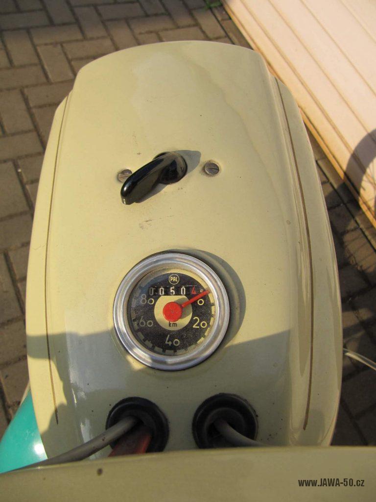 Dokonale zachovalý motocykl Jawa 21 Sport (Pionýr) v tyrkysové barvě z roku 1969 - maska světlometu a tachometr PAL