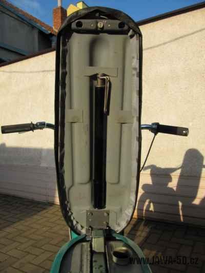 Dokonale zachovalý motocykl Jawa 21 Sport (Pionýr) v tyrkysové barvě z roku 1969 - odklopené sedadlo s hustilkou (pumpičkou)