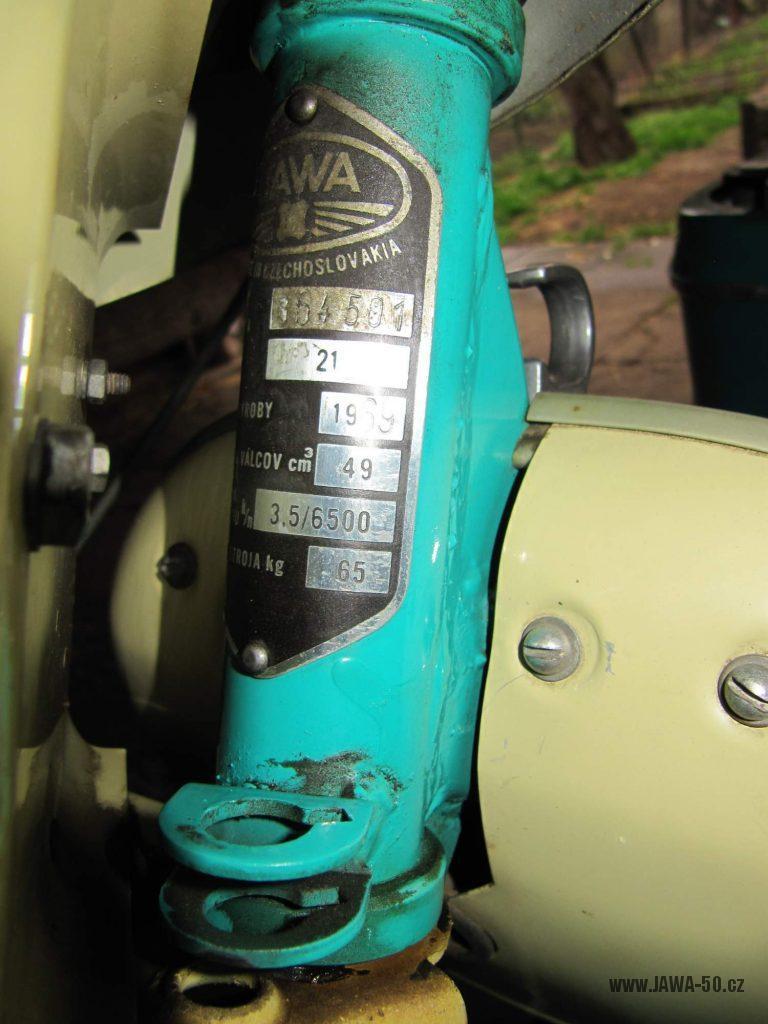 Dokonale zachovalý motocykl Jawa 21 Sport (Pionýr) v tyrkysové barvě z roku 1969 - výrobní štítek