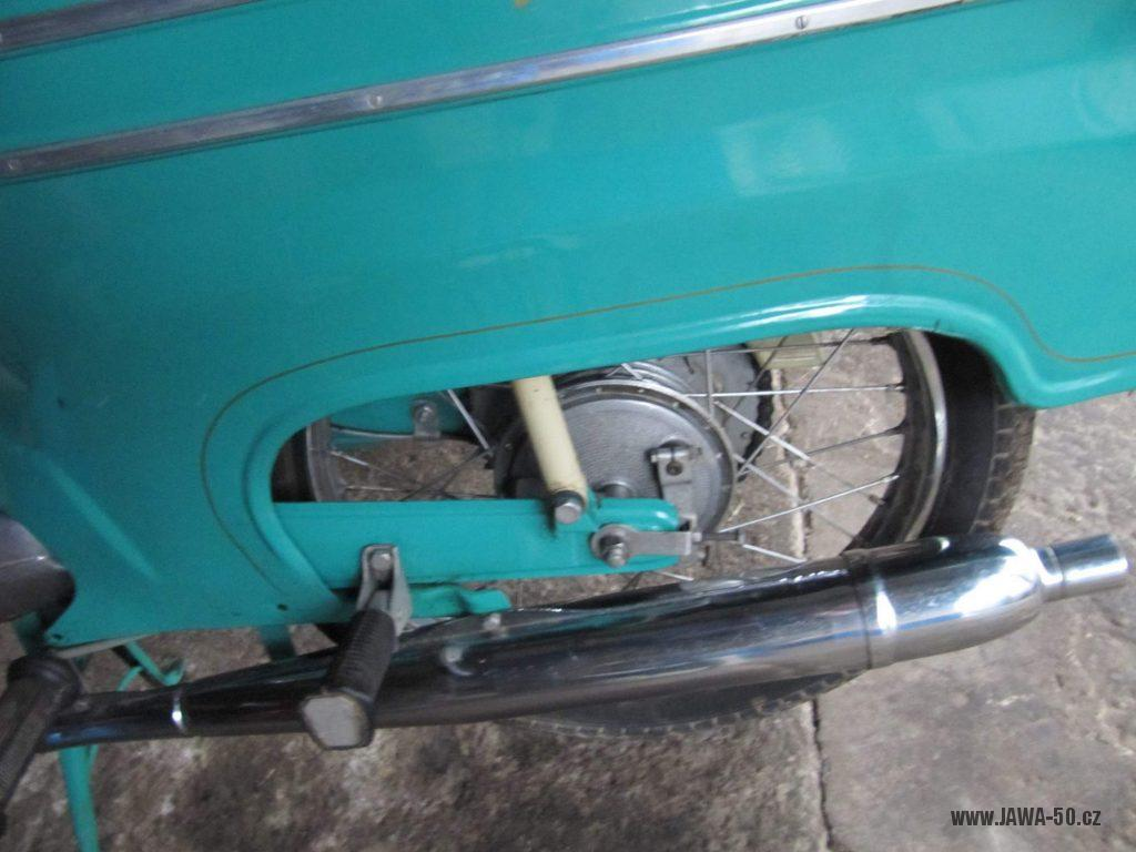 Dokonale zachovalý motocykl Jawa 21 Sport (Pionýr) v tyrkysové barvě z roku 1969 - zadní blatník, kolo, výfuk