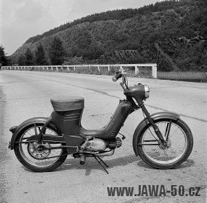 Chiméra: pózující zkušební Jawa 550 pionýr s chromovanými koly, staré provedení s dodělanou vzpěrou zadního blatníku