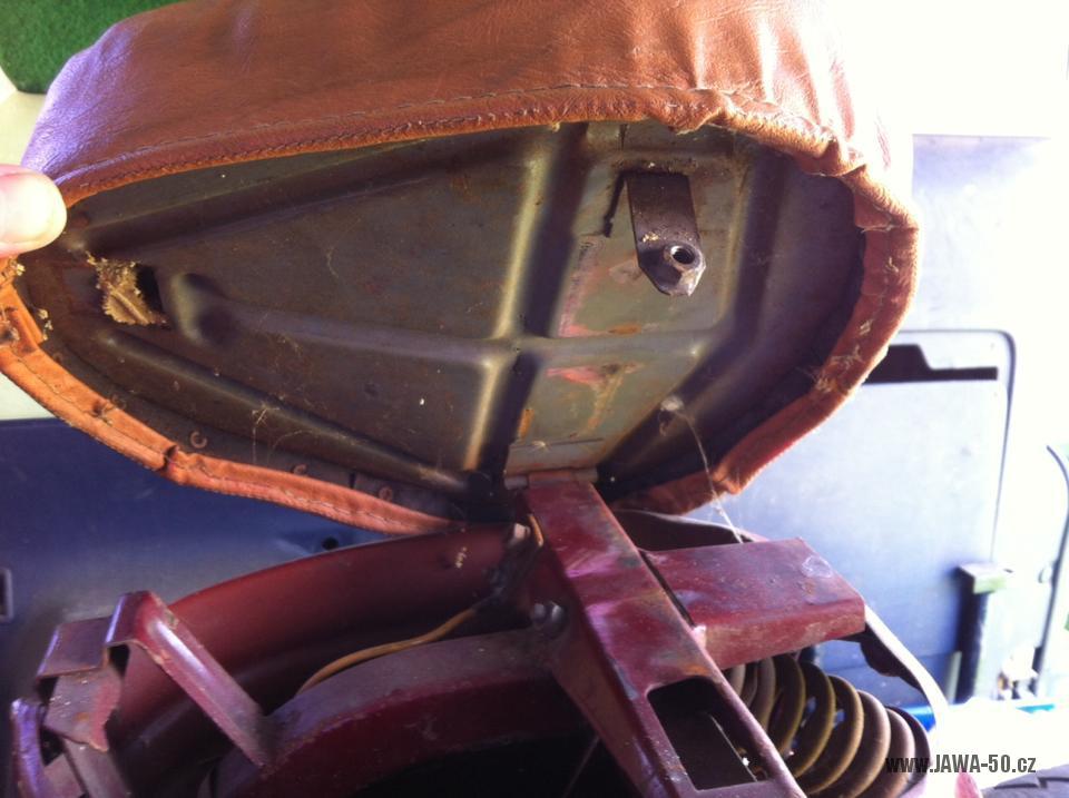 Zajímavý motocykl Manet 550 Pionýr (Jawa) z roku 1957 - odklopené sedadlo