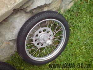 Renovace Jawa 550 Pionýr z roku 1958 - zrenovované zadní kolo s pneumatikou