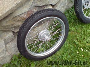 Renovace Jawa 550 Pionýr z roku 1958 - zrenovované přední kolo s pneumatikou