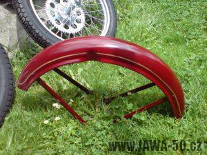 Renovace Jawa 550 Pionýr z roku 1958 - nalakovaný přední blatník s linkami