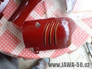 Renovace Jawa 550 Pionýr z roku 1958 - nalakovaná a nalinkovaná levá polovina prsíček