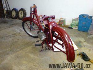 Renovace Jawa 550 Pionýr z roku 1958 - montáž zadního blatníku