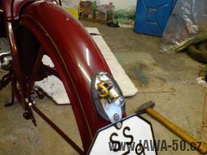 Renovace Jawa 550 Pionýr z roku 1958 - montáž zadního světla