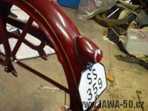 Renovace Jawa 550 Pionýr z roku 1958 - zadní blatník se sevětlem a registrační značkou