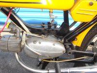 Vývozní (exportní) motocykl Jawa 50 typ 23 Golden Sport - prostor pod nádrží pro uchycení akumulátoru (baterie)