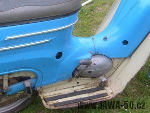 Jawa 05 Pionýr - starší provedení zadního blatníku s kulatým výřezem pro ovládání paliva (1962)