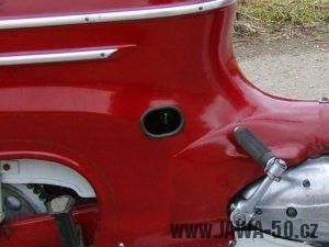 Jawa 05 Pionýr - novější provedení zadního blatníku s oválným výřezem pro ovládání paliva (1963)