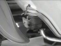 Jawa 05 Pionýr - prototypový válec s pootočenou přírubou výfuku - záběr z prezentačního filmu