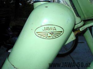 Vybarvený prolisovaný znak Jawa na nádrži