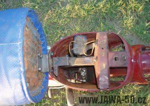 Jawa 50 typ 550 Pionýr (pařez) z roku 1958 v původním stavu - prostor pod odklopeným sedadlem (baterie)