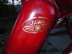 Stříkaný znak na nádrži Jawa 550