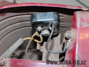 Jawa 550 Pionýr (pařez) - první varianta kontaktnice baterií napájení klaksonu (sériové propojení = 9 V)