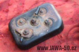 Jawa 550 Pionýr (pařez) - kontaktnice baterií - 2. varianta