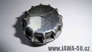 Novější (lité) víčko nádrže Jawa 550 pionýr (pařez)
