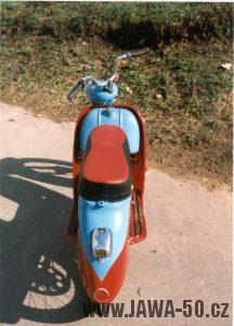 Dochovaný prototyp Jawa 550 skútr z roku 1956 - pohled zezadu