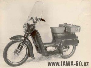 Prototyp Jawa 550 skútr s plexištítem, krátkým sedadlem a nosičem