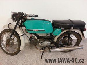 Vývozní motocykl Jawa 50 typ 23 Mustang se sníženým výkonem, karburátorem z mopedu Babetta a netradiční zelenou barvou