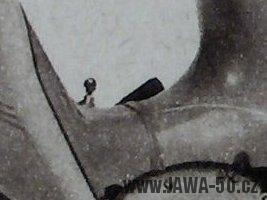 Prototyp Jawa 05 Pionýr - uchycení krytu nad motorem bez šroubu s excentrickou hlavou