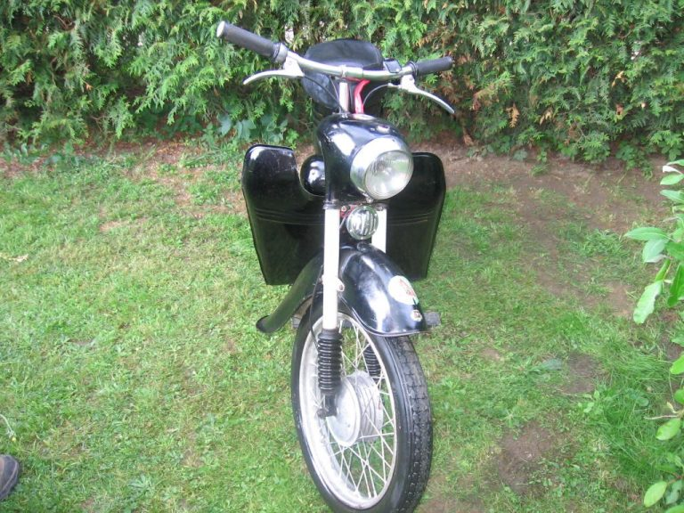 Skútrová Jawa 555 ve vzácné černé barvě z roku 1962 - předek motocyklu