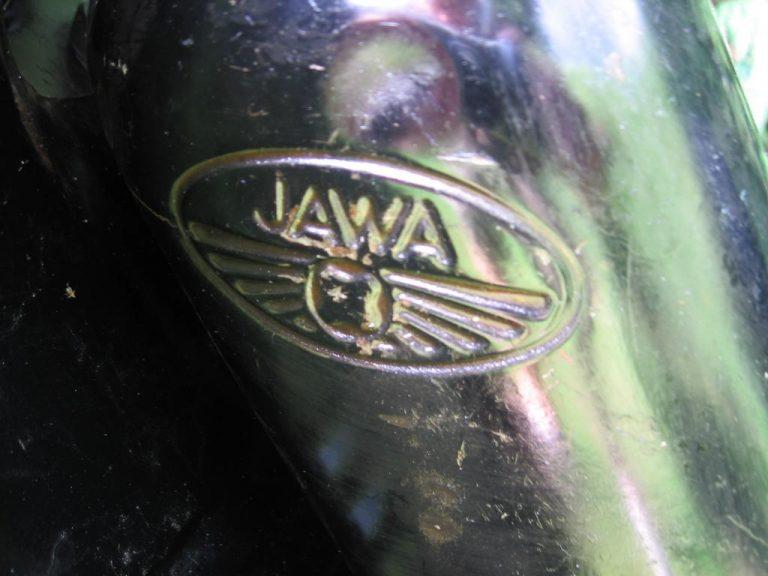 Skútrová Jawa 555 ve vzácné černé barvě z roku 1962 - prolisovaný znak na nádrži
