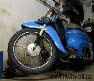 Motocykl Jawa 05 z roku 1962 v původním stavu - přední kolo s blatníkem