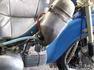 Motocykl Jawa 05 z roku 1962 v původním stavu - filtr sání (tlumič) + karburátor Jikov 2914 PS