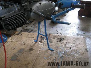 Motocykl Jawa 05 z roku 1962 v původním stavu - stojan a kříž