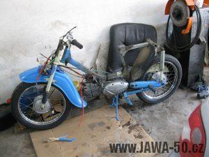 Motocykl Jawa 05 z roku 1962 v původním stavu - odstrojený motocykl
