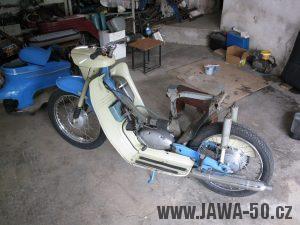 Motocykl Jawa 05 z roku 1962 v původním stavu - odstrojený motocykl bez zadního blatníku a nádrže