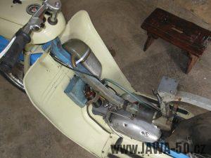 Motocykl Jawa 05 z roku 1962 v původním stavu - revmaplech, prostor nad motorem