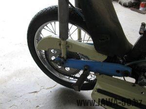 Motocykl Jawa 05 z roku 1962 v původním stavu - zadní kolo a kryt řetězu