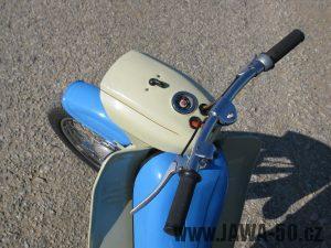 Motocykl Jawa 05 z roku 1962 v původním stavu - řídítka, maska světlometu, tachometr