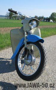 Motocykl Jawa 05 z roku 1962 v původním stavu - předek, přední blatník a kolo