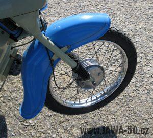 Motocykl Jawa 05 z roku 1962 v původním stavu - přední blatník a kolo