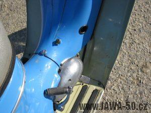 Motocykl Jawa 05 z roku 1962 v původním stavu - kryt nad motorem se zámkem