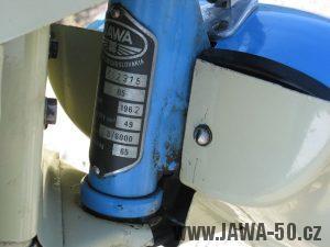 Motocykl Jawa 05 z roku 1962 v původním stavu - výrobní štítek