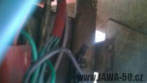 Jawa 05 export pro Kanadu a USA - držák přerušovače blinkrů v prostoru masky světla