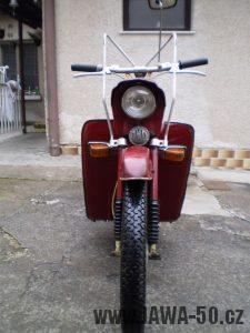 Vývozní (exportní) motocykl Jawa 50 typ 05 Pionýr z roku 1963 pro USA a Kanadu s ukazateli směru, brzdovým světlem a plexi štítem - pohled zpředu, revmaplechy a blinkry