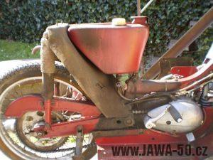 Vývozní (exportní) motocykl Jawa 50 typ 05 Pionýr z roku 1963 pro USA a Kanadu s ukazateli směru, brzdovým světlem a plexi štítem - nádrž, kolo, kryt řetězu