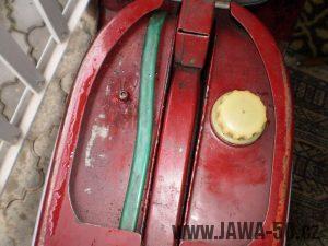 Vývozní (exportní) motocykl Jawa 50 typ 05 Pionýr z roku 1963 pro USA a Kanadu s ukazateli směru, brzdovým světlem a plexi štítem - prostor pod sedadlem a nádrž