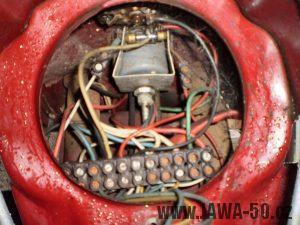 Vývozní (exportní) motocykl Jawa 50 typ 05 Pionýr z roku 1963 pro USA a Kanadu s ukazateli směru, brzdovým světlem a plexi štítem - elektroinstalace v masce světlometu