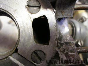 Upravený motor Jawa 05 s rotačním šoupátkem - sací okýnko